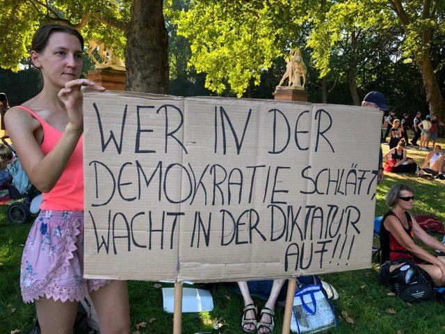 """Querdenken-Demo in Mainz - Teilnehmerin: """"Logisch, wenn ich zwei Millionen teste, umso mehr Fälle habe ich auch"""""""