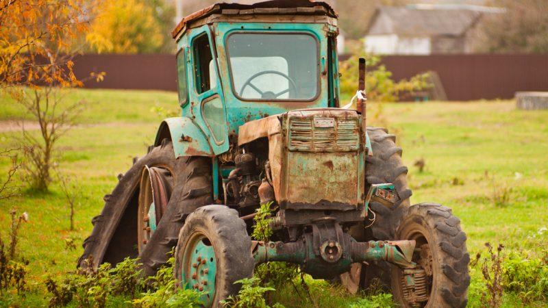 Heruntergekommener Traktor auf einem Bauernhof. Milliarden aus Agrar-Subventionen gehen laut einer schwedischen Studie an die umweltschädlichsten, am wenigsten biodiversen und am wenigsten Arbeitsplätze schaffenden Betriebe und Regionen.