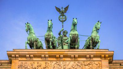 Der griechische Held Herakles im Kampf gegen die Hydra – mitten in Berlin im Brandenburger Tor