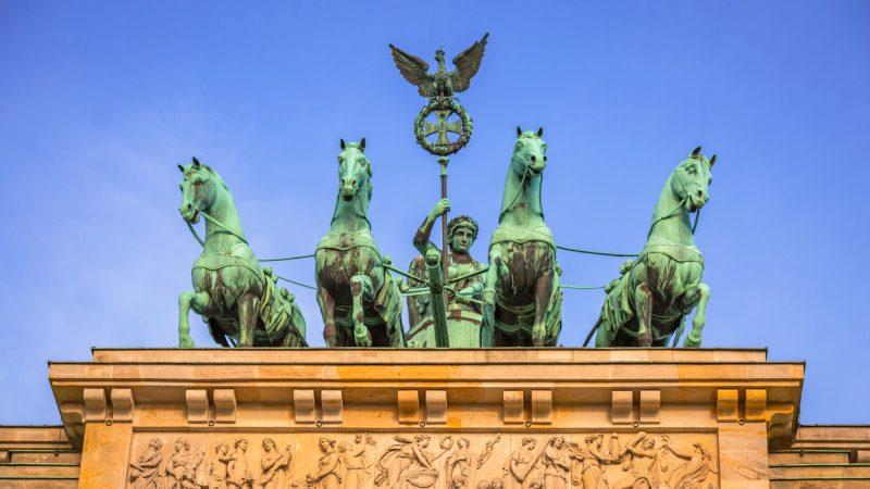 Der Griechische Held Herakles Im Kampf Gegen Die Hydra Mitten In Berlin Im Brandenburger Tor
