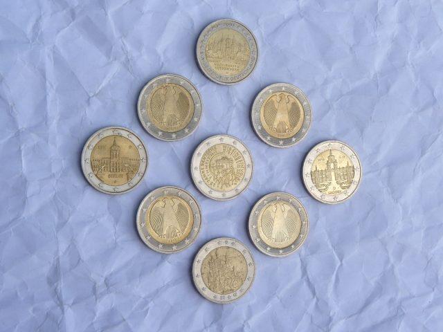 Bewegen Sie zwei Münzen, um zweierlei Dreiecke zu legen!