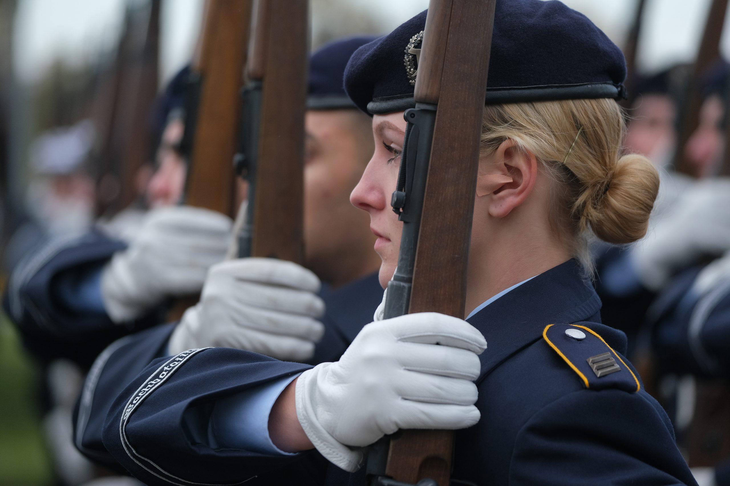Weibliche Dienstgrade bei der Bundeswehr – Gleichberechtigung oder Genderwahn?