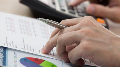 Versicherungs-Verträge prüfen und möglicherweise Geld sparen