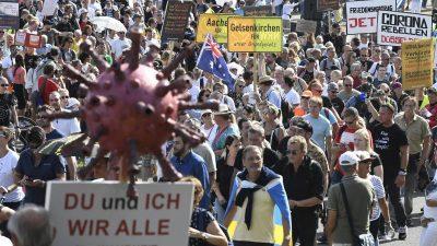 Tausende demonstrieren in Düsseldorf gegen Corona-Politik
