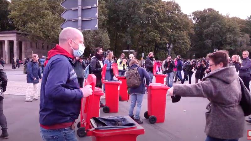 Corona-Protest in Berlin: Schweigemarsch endet an Siegessäule – Masken werden symbolisch weggeworfen