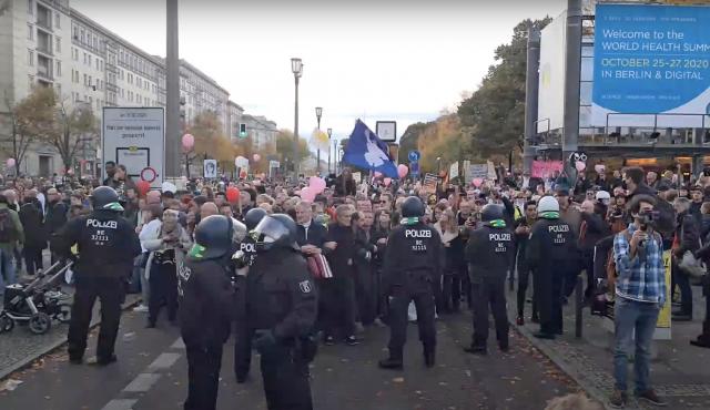 Polizei löst Berliner Querdenken-Versammlung gewaltsam auf – Interview mit Anwalt Markus Haintz