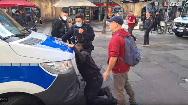 LIVESTREAM aus Berlin: Polizei löst Versammlung gewaltsam auf