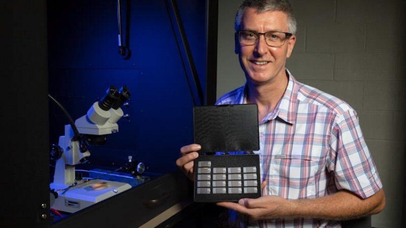 Prof. Paul Thibado mit Prototypen der Graphen-Schaltkreise zur Energieerzeugung.