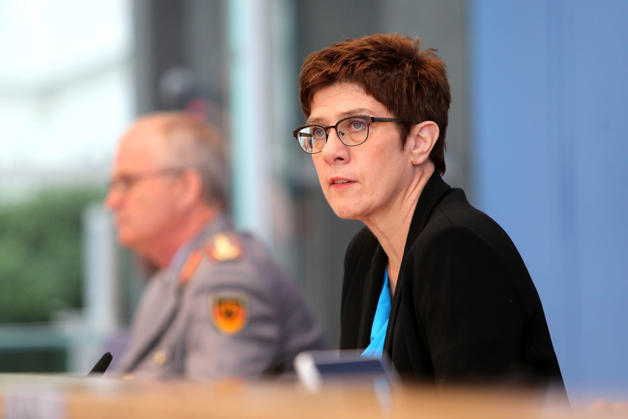 """Kramp-Karrenbauer sieht """"erhöhte Bedrohung"""" der Nato-Truppen in Afghanistan"""