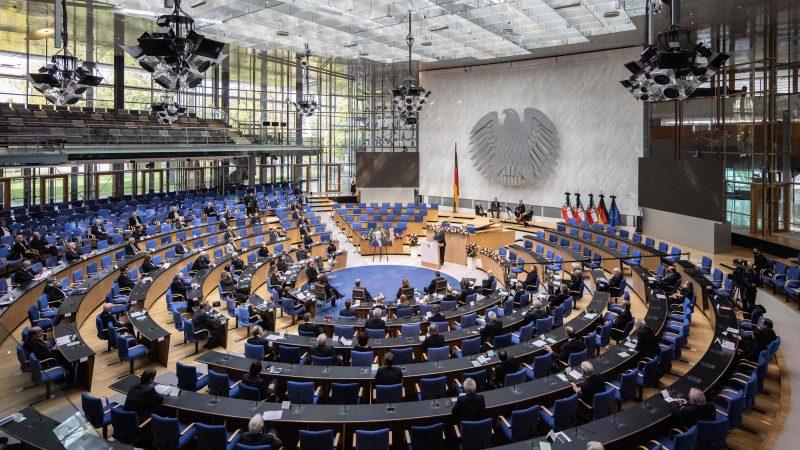 """Bundestag: Debatte über """"islamistischen Terror in Europa"""" und Parlamentsbeteiligung bei Corona-Maßnahmen"""
