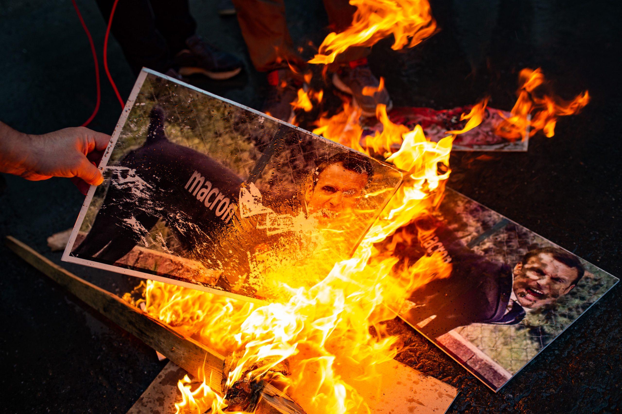 """Wir sind alle Soldaten des Propheten Mohammed"": Muslime protestieren gegen Frankreichs Staatschef Macron"