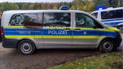 """Vermummte aus dem Dannenröder Forst attackieren Polizeifahrzeug: """"Letzte Warnung an die Bullenschweine"""""""