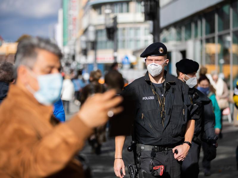"""Draußen kaum Ansteckungen: Maskenpflicht im Freien und Ausgangssperre """"kontraproduktiv"""""""