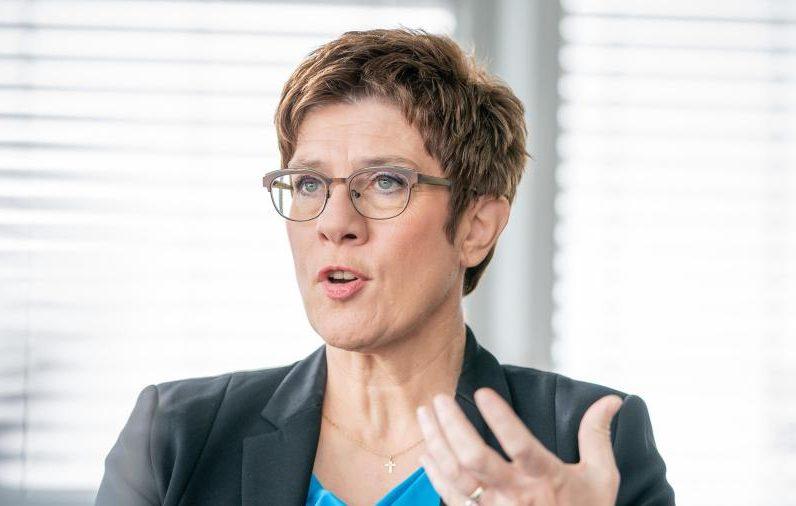 EU und Kramp-Karrenbauer verteidigen Bundeswehr nach Frachter-Vorfall