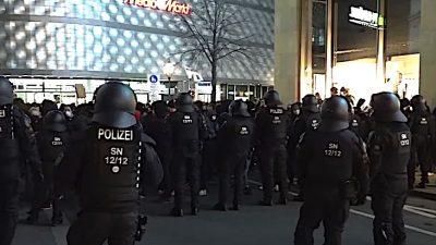 """Leipzig: Gewaltbereite Gruppen gegen Polizei – """"Querdenker"""" nicht präsent"""