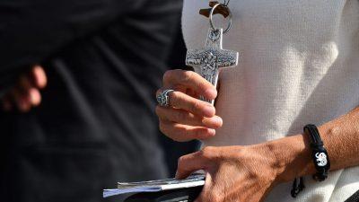 Polizei identifiziert flüchtigen Kaplan nach illegaler Gebetsstunde