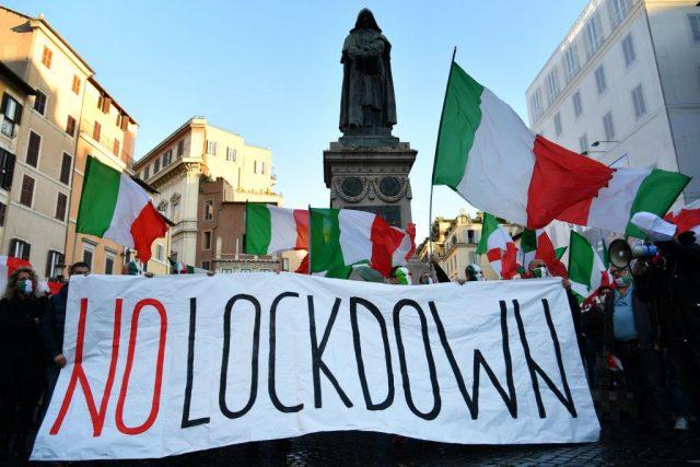 Italien: Zusammenstößte mit Polizei bei Protesten gegen Corona-Maßnahmen – Regierung erwägt Lockdown für einige Städte
