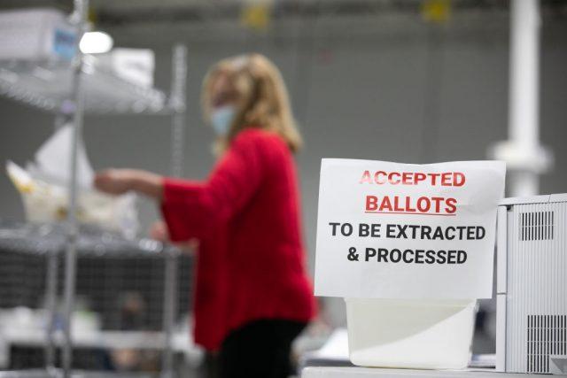 """US-Journalist: Wahlcomputer-System """"Dominion"""" trotz Fehlerneigung in allen Swing States verwendet"""
