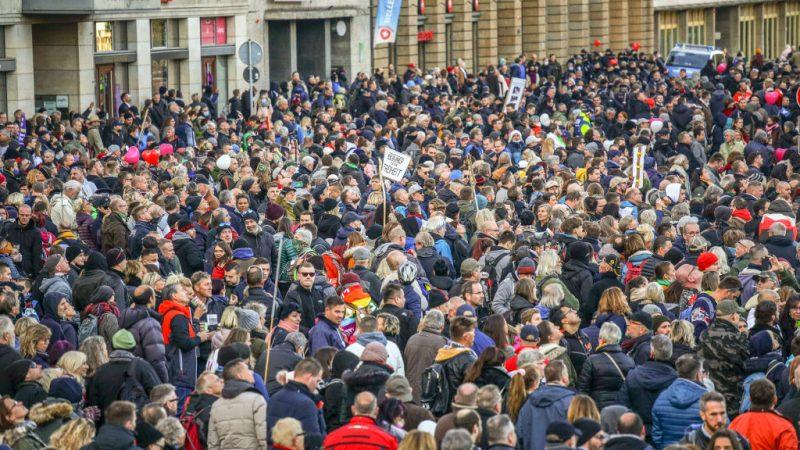 """Querdenken-Demo Leipzig: """"Die stressfreieste, unproblematischste, lockerste Demo … so entspannt, friedlich, wunderbar"""""""