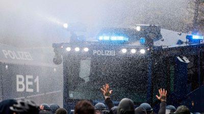 """Demos in Berlin: Polizei will am 1. Mai notfalls Wasserwerfer gegen """"Querdenker"""" einsetzen"""