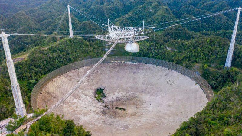 Das Arecibo-Telekop wird nach 57 Dienstjahren und zwei Kabelbrüchen außer Betrieb gesetzt. Eine Reparatur der Anlage mit der 900 Tonnen schweren, 140 Meter über dem Boden hängenden Forschungsplattform gilt als lebensbedrohlich.