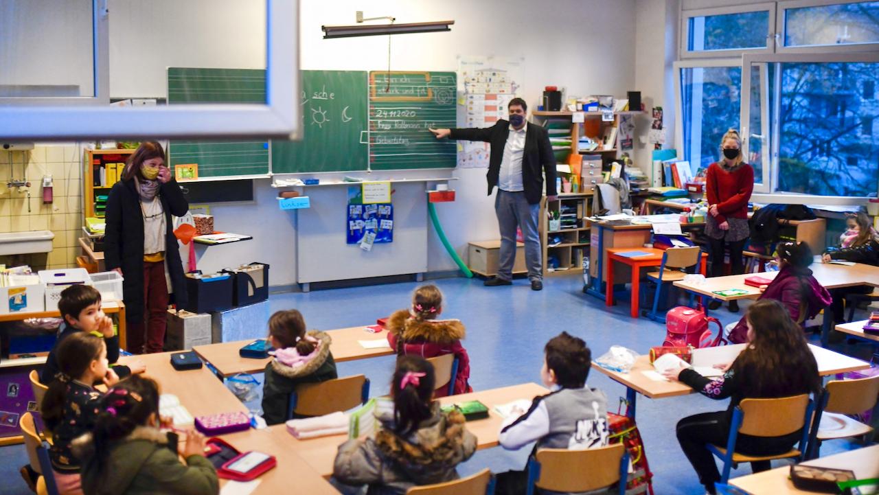 """GEW kritisiert Gipfel-Entscheidungen: """"Keine klare Linie und Verlässlichkeit für Schulen"""""""