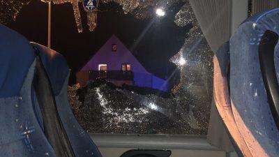 Querdenker-Bus in Leipzig-Connewitz angegriffen – Straßenblockade durchbrochen, Personen verletzt