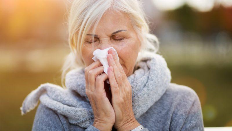 Frau mit Grippesymptomen. Wie hoch ist eigentlich die Inzidenz bei einer