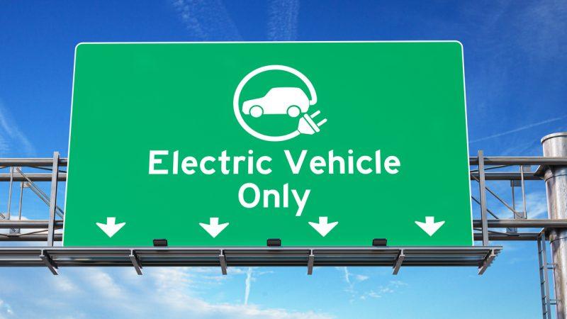 Hinweisschild über einer vierspurigen Straße: Nur E-Autos erlaubt.