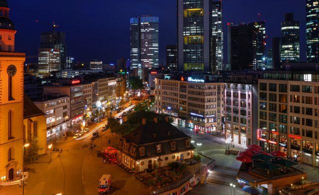 500 bis 800 Personen attackieren Polizei in Frankfurt...