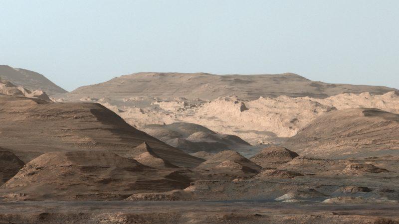 Falschfarbenbild vom Mars mit Blick in den Gale-Krater und auf Mount Sharp. Im Gale-Krater flossen vor 4 Mrd. Jahren gigantische Fluten.