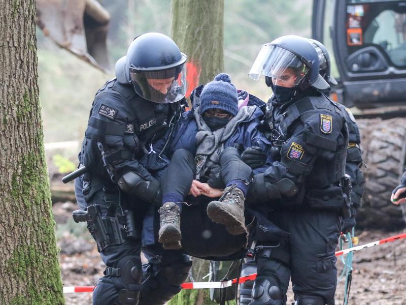 Erneut Umwelt-Aktivistin bei Blockadeaktion im Dannenröder Forst verletzt