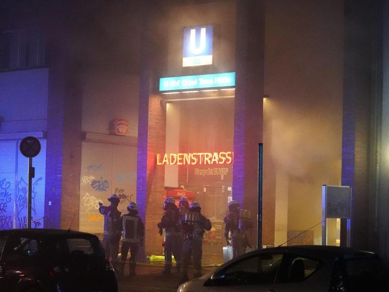 U-Bahnhof im Vollbrand: Feuerwehr-Großeinsatz in Zehlendorf