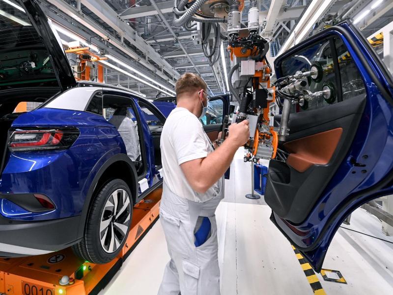 """""""Autogipfel"""" mit Merkel – E-Auto-Prämie soll bis 2025 verlängert werden"""