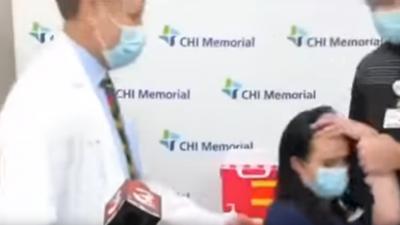 Zusammenbruch vor Kameras: Krankenschwester wird nach Corona-Impfung ohnmächtig