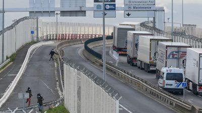Lange Lkw-Staus an Grenze: Briten bunkern Vorräte
