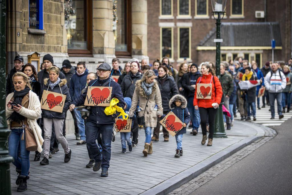 Niederlande: Proteste – Weitere Mutation entdeckt – Keine Landungen für Flüge aus Großbritannien