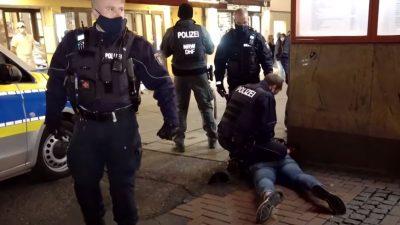 Eskalation in Düsseldorf: Jugendliche attackieren Polizeiwagen – Ordnungsamt stoppt Tanzen im Park