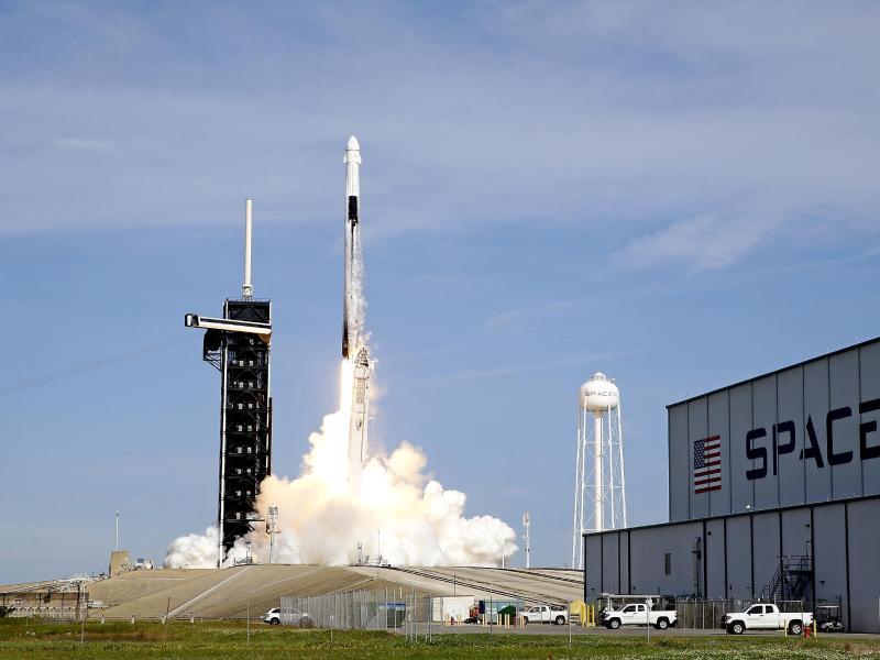 SpaceX will gegen Jahresende erstmals Touristen ins All schicken