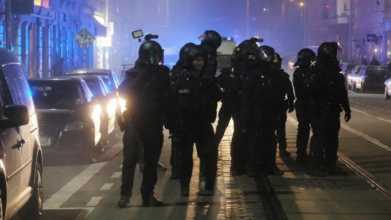 Linksextremismus: Angriffe auf Polizei und schwerer Vandalismus nach Hausräumung in Leipzig