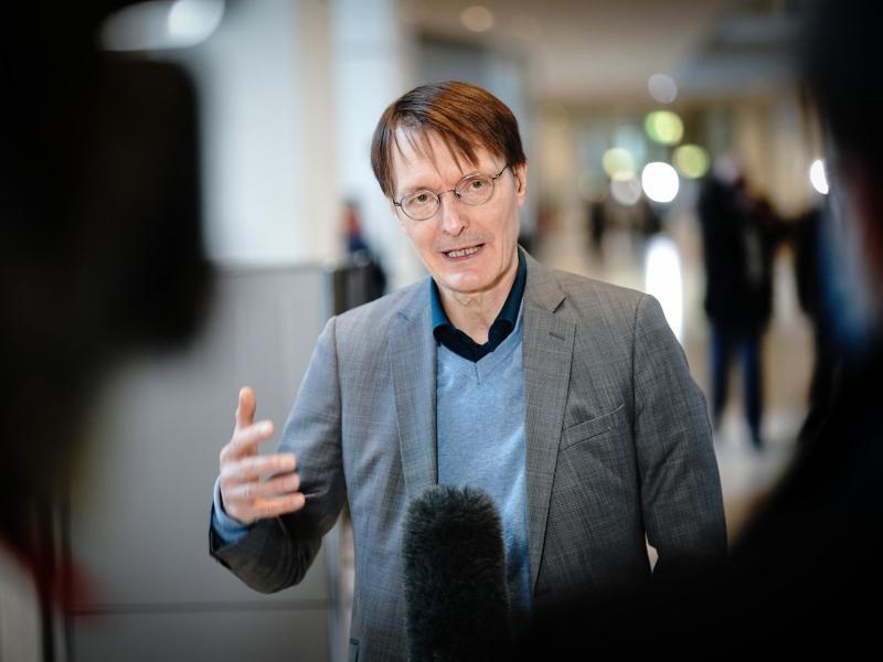 Lauterbach: Altenheime könnten Personal zu Impfung zwingen
