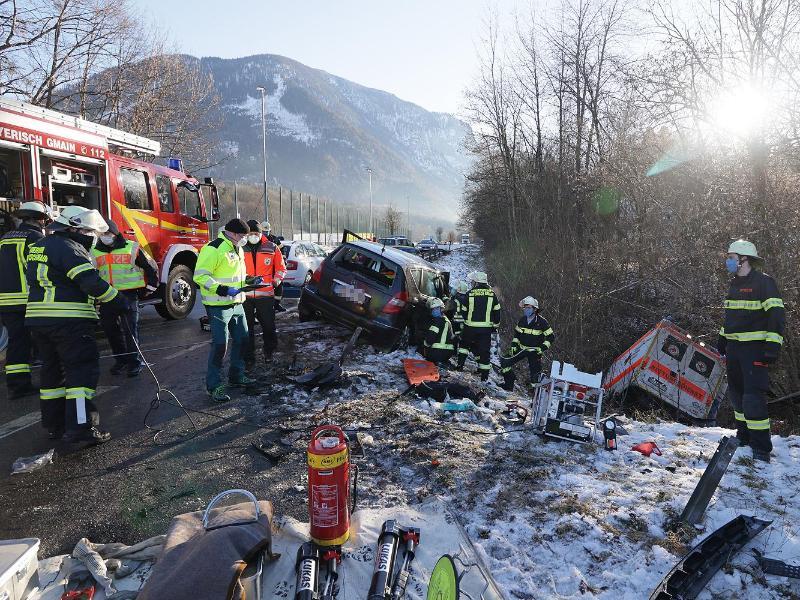 Auto prallt mit Rettungswagen zusammen – vier Verletzte