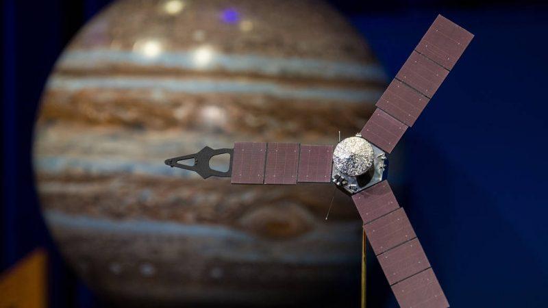 """Das Model der Raumsonde """"Juno"""" in einem Besprechungsraum der NASA."""