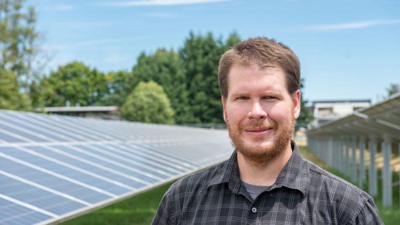 Professor Chad Higgins auf einer Agrivoltaik-Versuchsfläche.