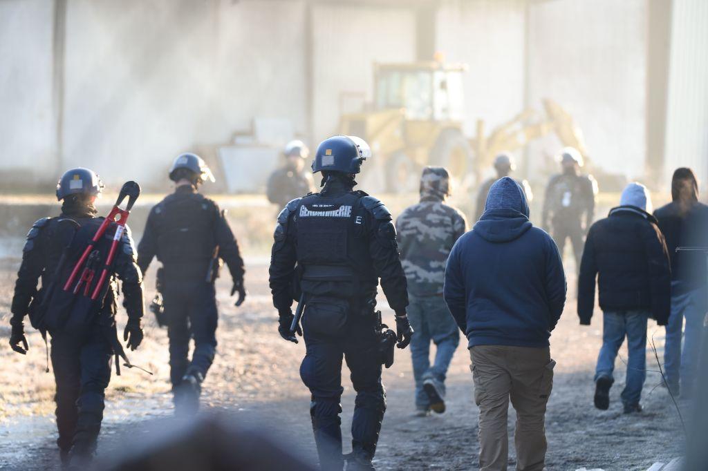 Räumung von Silvester-Techno-Party mit 2.500 Menschen in Frankreich eskaliert
