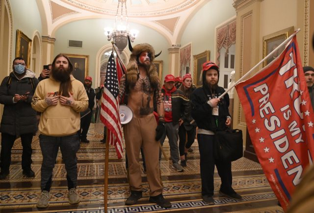 JETZT LIVE: Demonstranten auf der Treppe des Capitol – Rohrbombendrohung – Büros geräumt