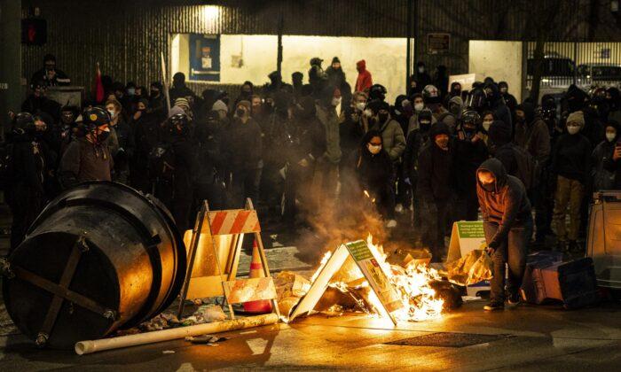 Feuer und Randale: Heftige Anti-Polizei Proteste erschüttern Stadt an der Westküste der USA