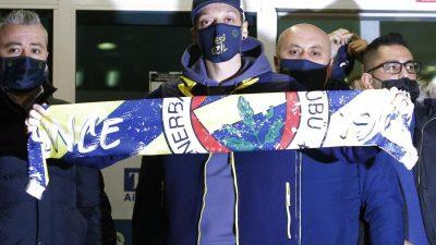 Mit Fenerbahce-Schal am Flughafen: Özil in Istanbul gelandet