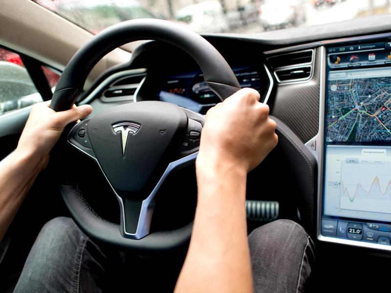 Prüfung von Fehlfunktion von Tesla-Bildschirm dauert an