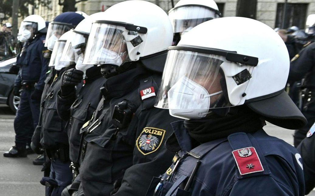 Virales Video zeigt offiziell Deeskalations-Strategie der Polizei Wien bei Corona-Demo